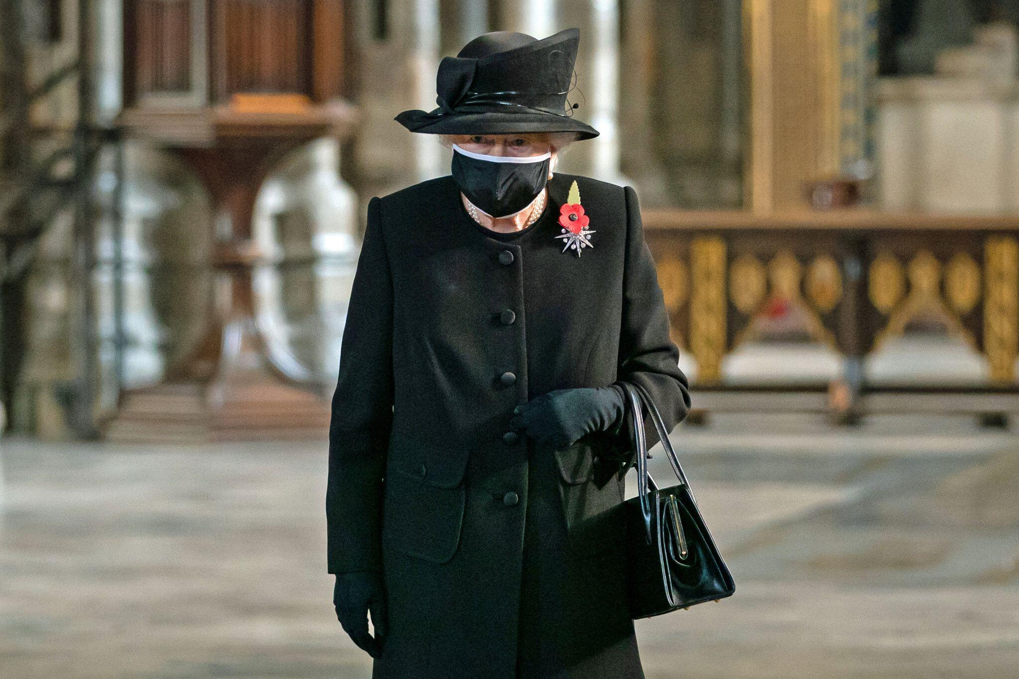 Bild zu Queen mit Maske am Grab des Unbekannten Soldaten