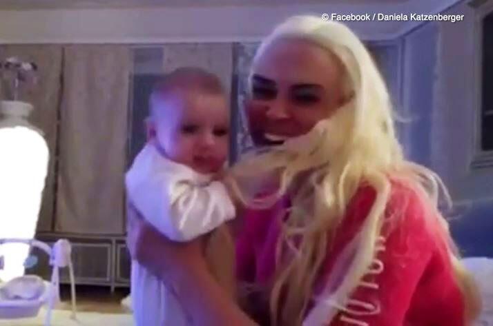 Bild zu Autsch! Kleine Sophia zieht an Daniela Katzenbergers Extentions