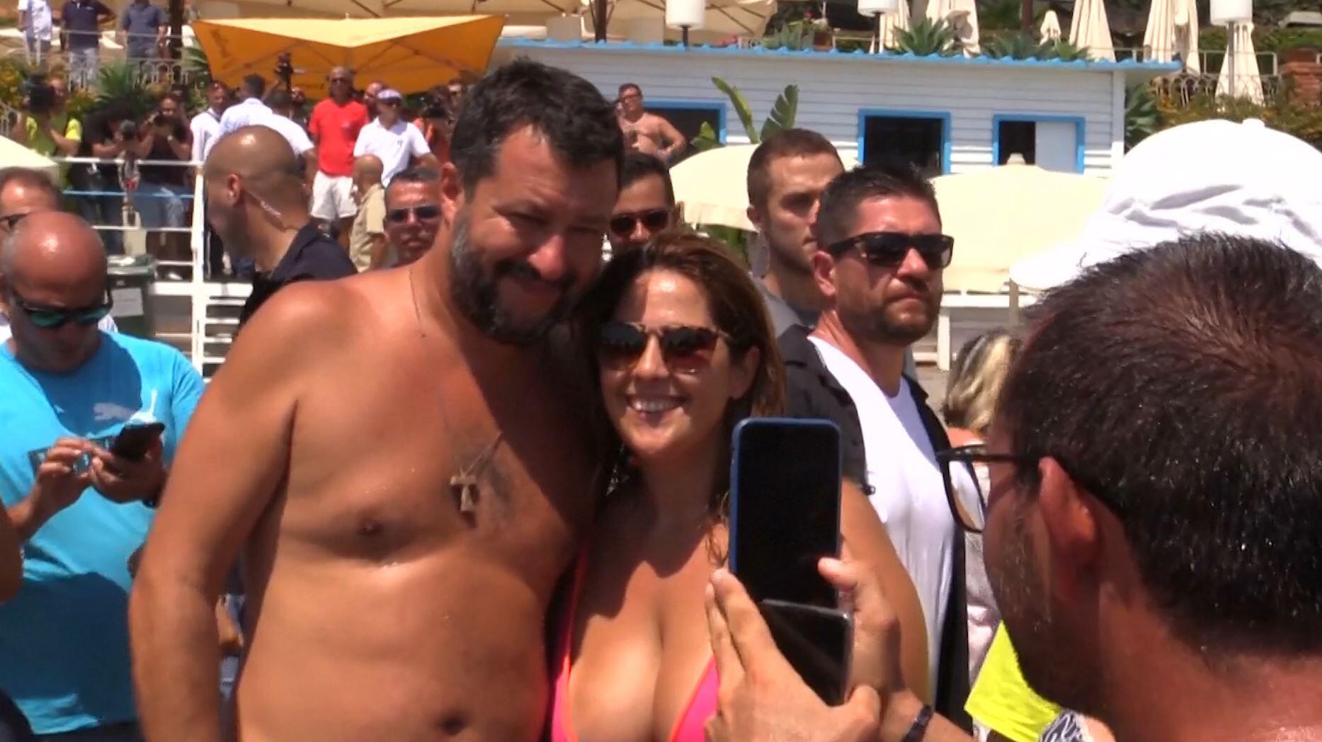 Bild zu Matteo Salvini am Strand