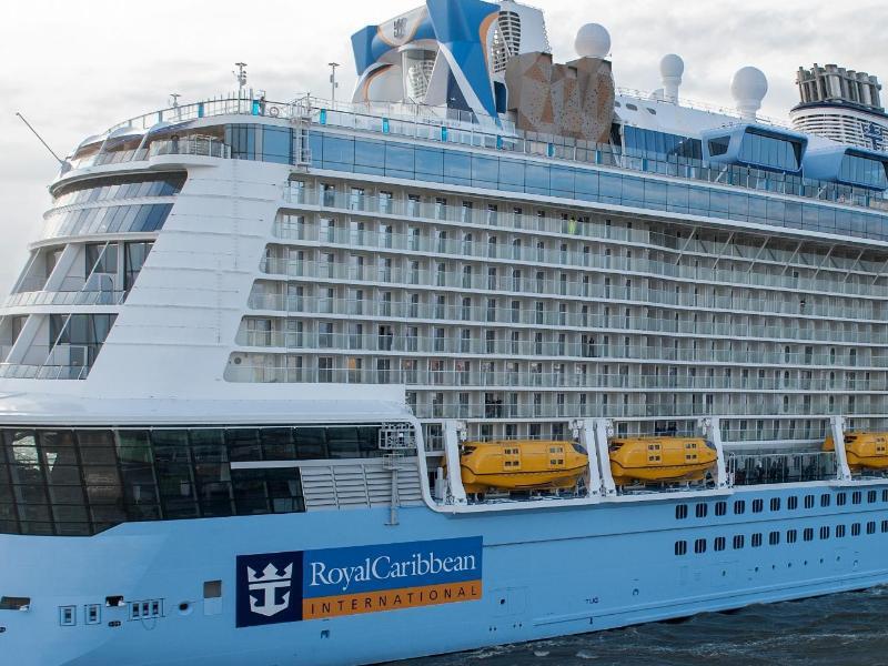 Bild zu Kreuzfahrtschiff auf dem Wasser