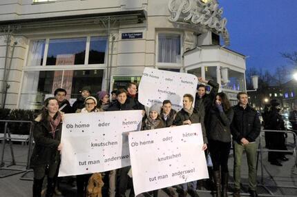 Demonstranten vor dem Café Prückel