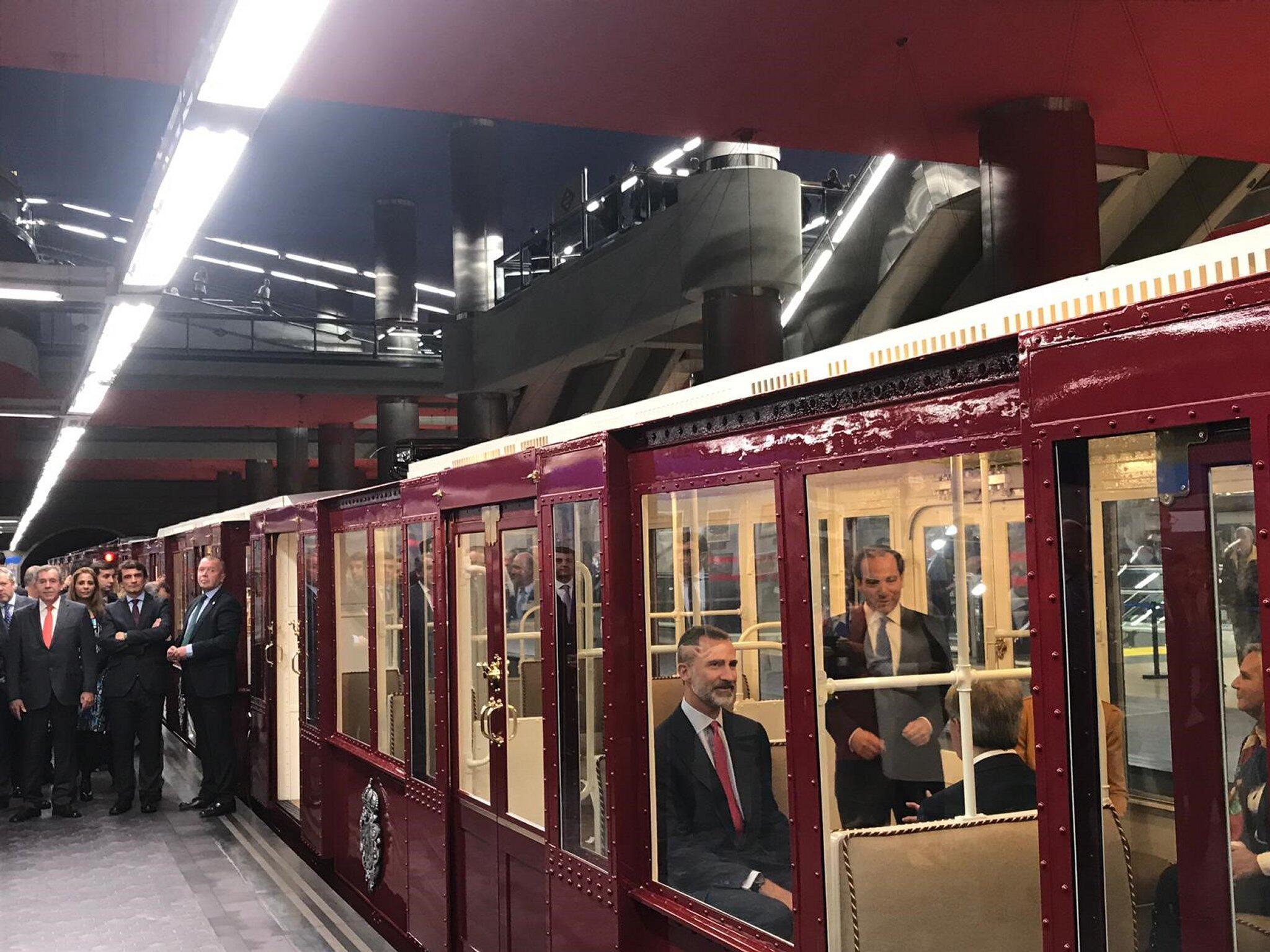 Bild zu Spaniens König Felipe fährt mit der U-Bahn