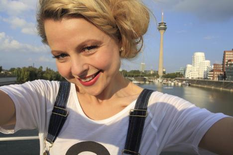 Bild zu Selfie blonde Frau