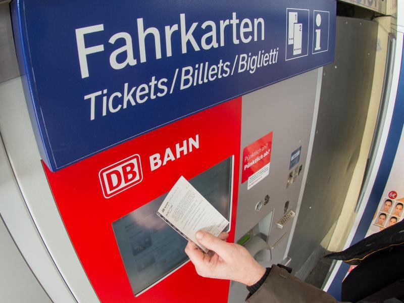 Bild zu Ein Fahrgast kauft ein Ticket am Automaten