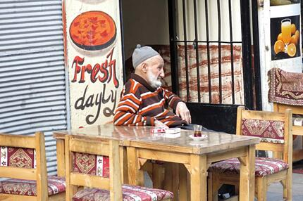 Istanbul alter Mann trinkt Tee