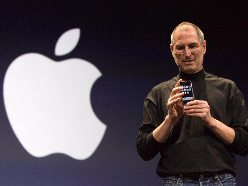 Bild zu Steve Jobs zeigt erstes iPhone