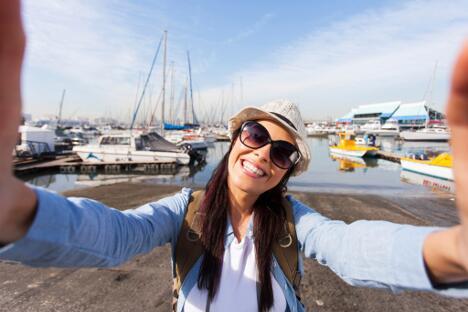 Bild zu Selfie Frau am Hafen