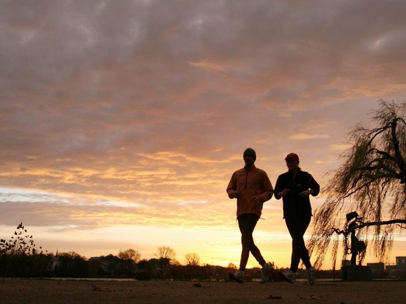 Bild zu Joggen im Sonnenaufgang