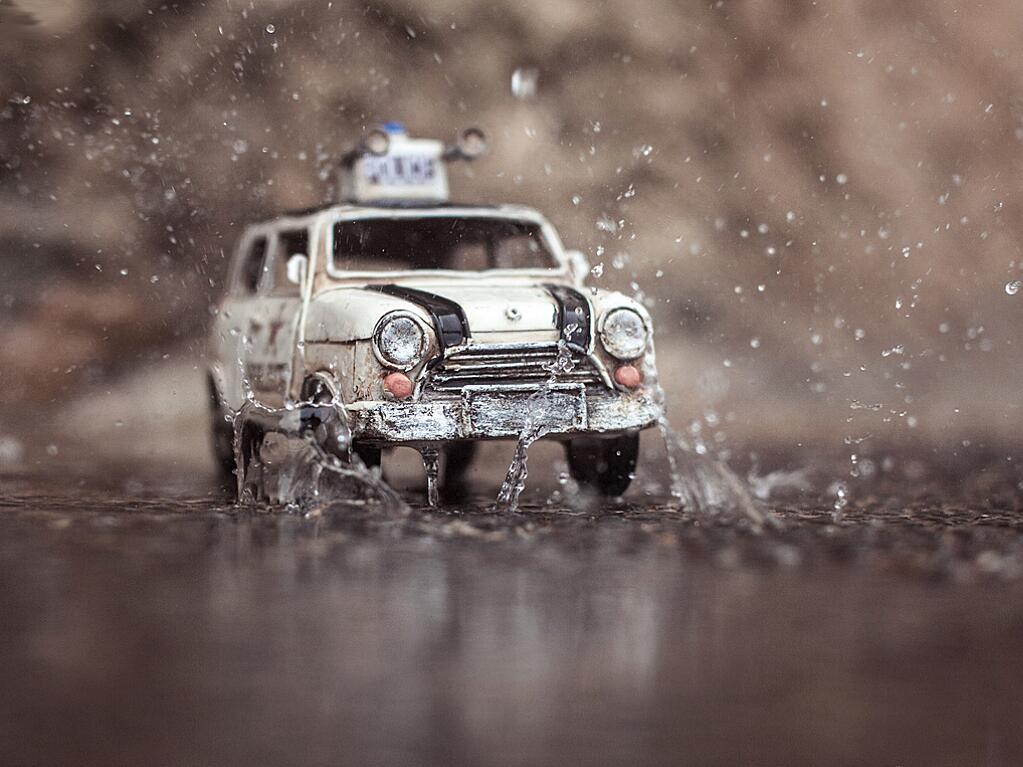 Bild zu Polizeiauto im Regen
