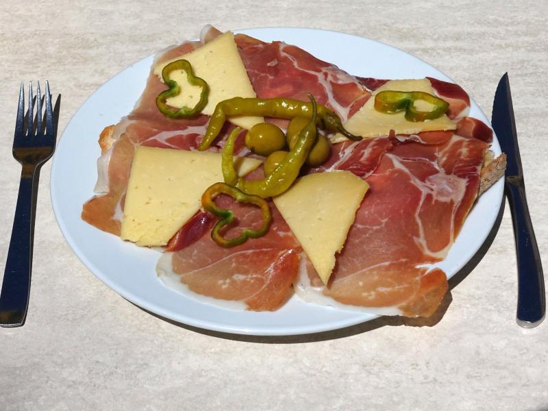 Bild zu Teller mit Käse, Schinken und Peperoni