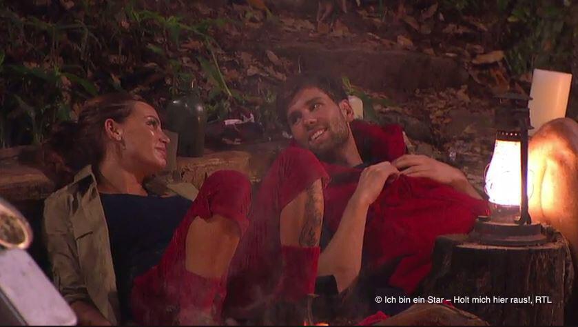 Bild zu Dschungel-Flirt am Lagerfeuer: Bei Gina-Lisa und Honey funkt es