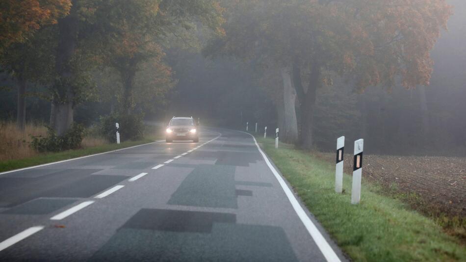 Auto im Nebel