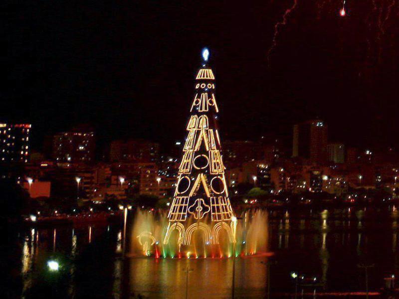 Bild zu Schwimmender Weihnachtsbaum in Rio de Janeiro