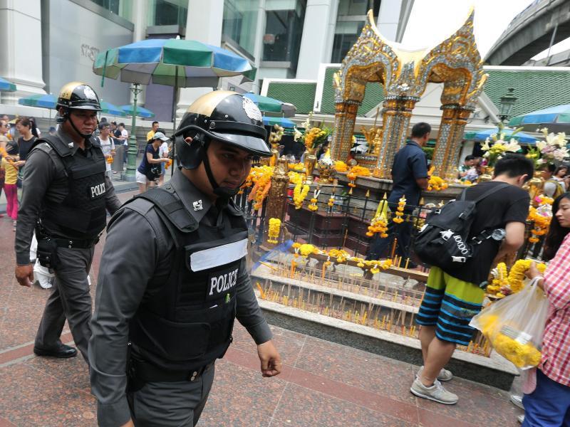 Bild zu Polizisten patrouillieren durch Bangkok