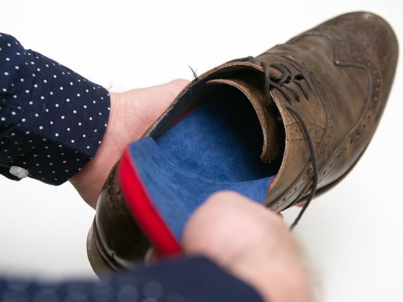 Bild zu Die Fertigeinlage kommt in den Schuh