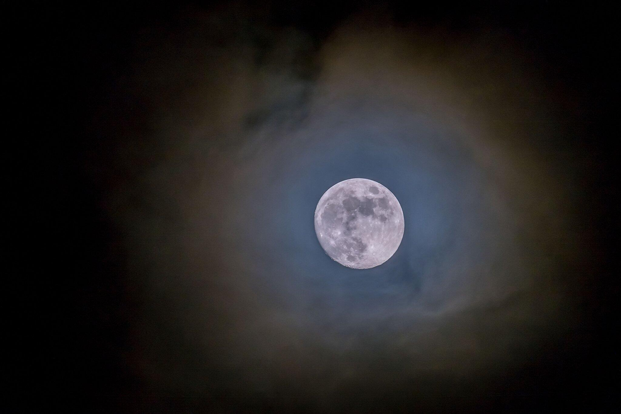 Bild zu Mond in den Wolken