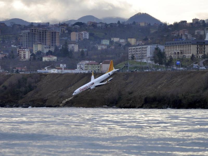 Bild zu Flugzeug bei Landung fast ins Meer gestürzt