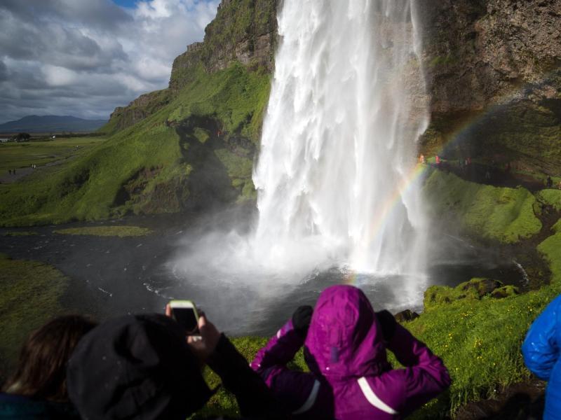 Bild zu Menschen vor Wasserfall