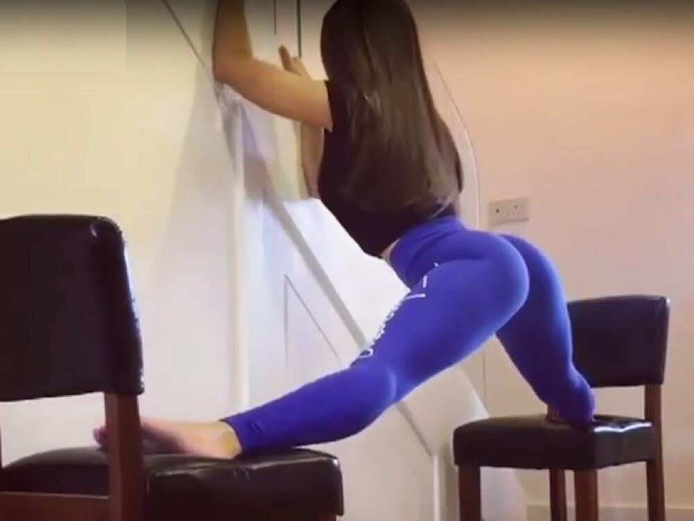 Bild zu Gelenkig! Frau macht sexy Spagat