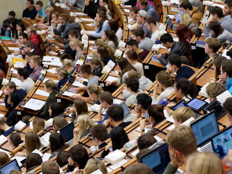 Bild zu Studenten in einem Hörsaal
