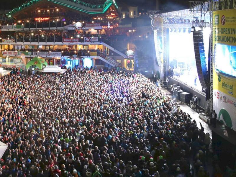 Bild zu Menschenmasse bei Konzert