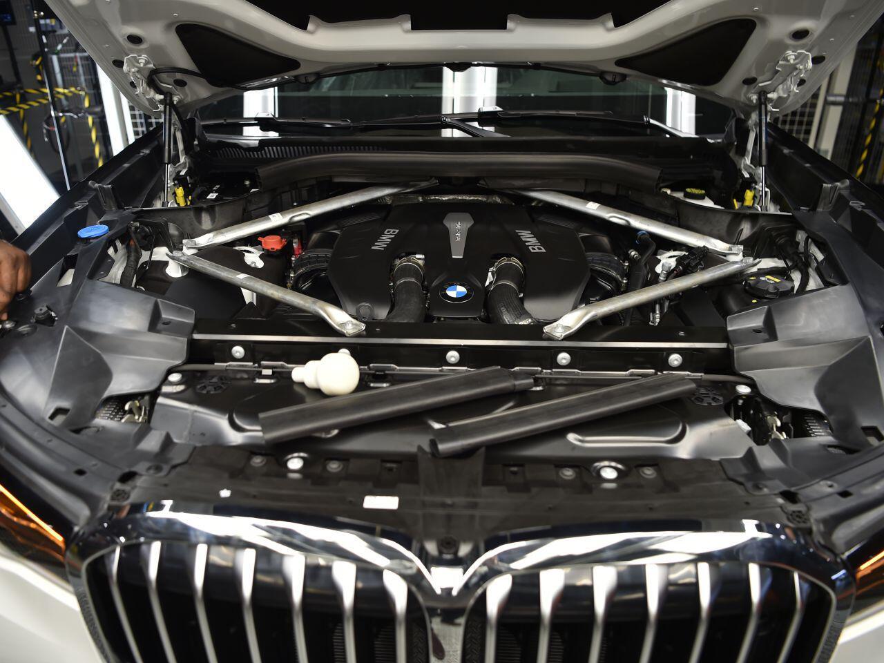 Bild zu Blick in den Motorraum