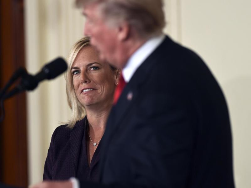 Bild zu Donald Trump und Kirstjen Nielsen
