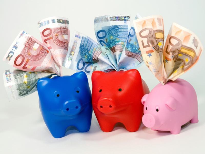 Bild zu Drei Sparschweine mit Geldscheinen