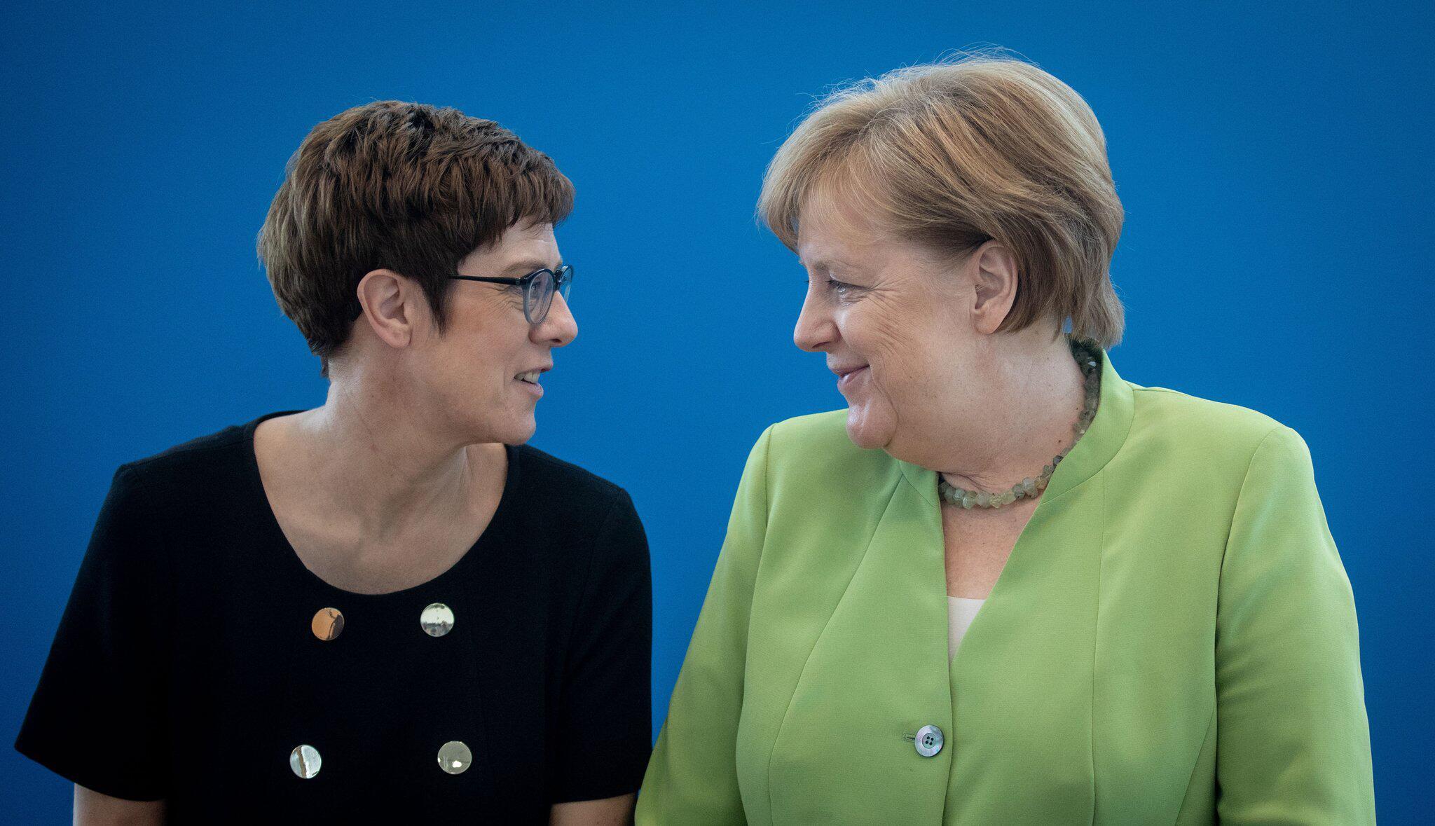 Bild zu Annegret Kramp-Karrenbauer und Angela Merkel
