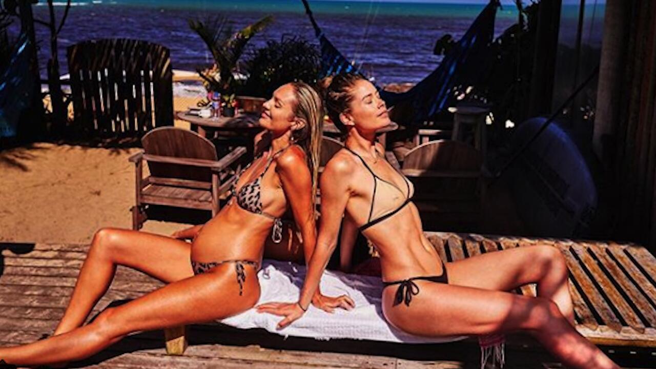 Bild zu Heiße Angeber: Candice Swanepoel und Doutzen Kroes zeigen verbrannte Popos.