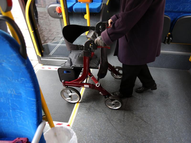 Bild zu Frau mit Rollator im Bus