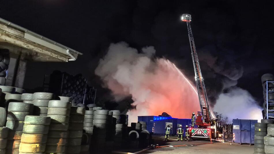Brand in einem Reifenlager