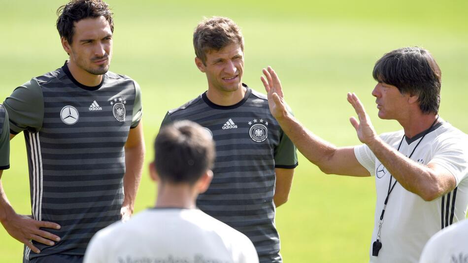 Bundestrainer Löw mit Mats Hummels und Thomas Müller