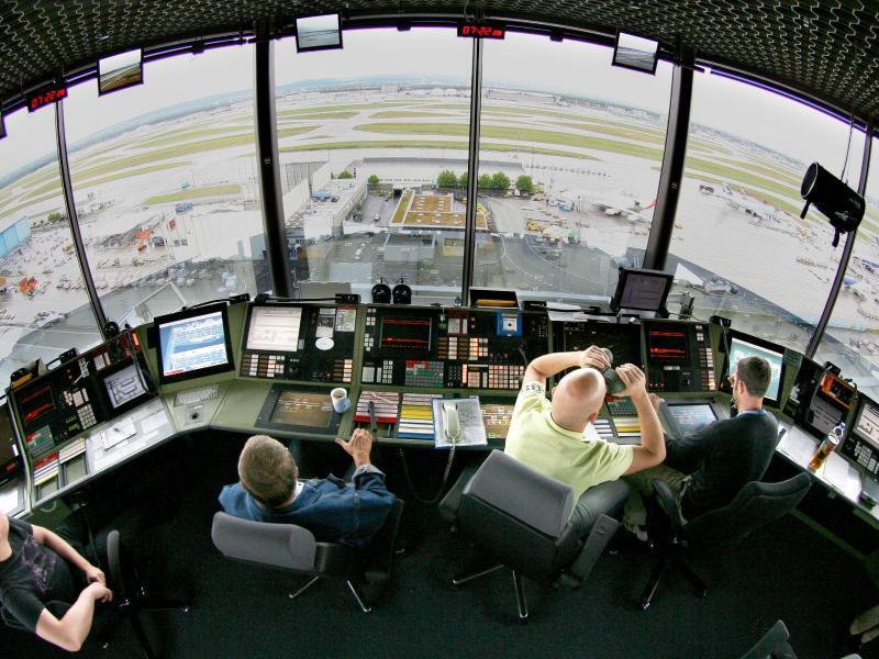 Bild zu Fluglotsen im Tower