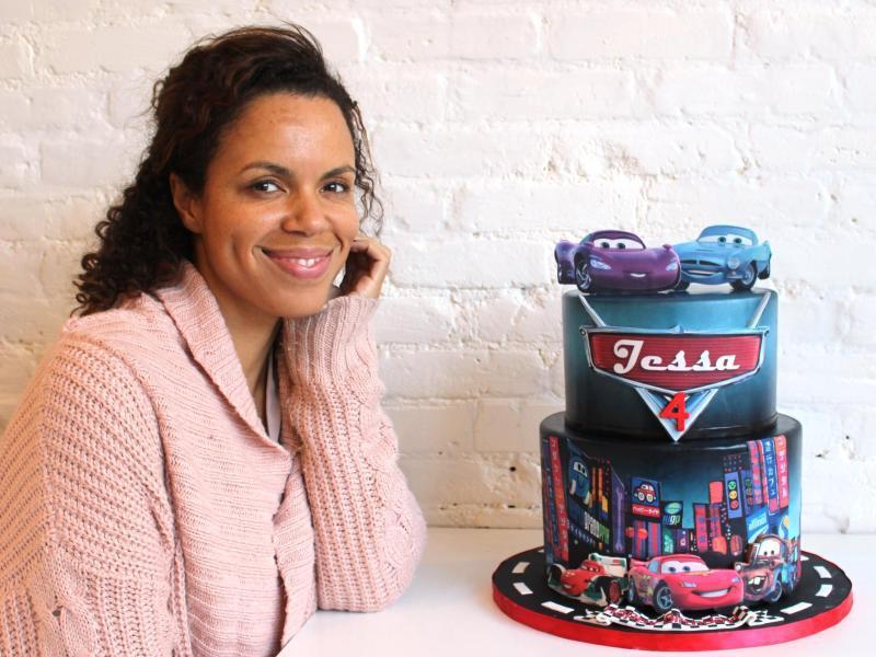 Bild zu Frau neben Kuchen