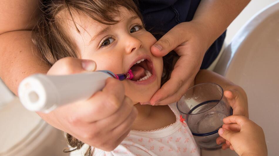 Zu viel Fluorid? Zahnpasta für Kids sollte nach nichts schmecken