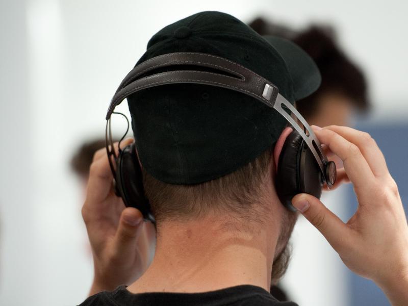 Bild zu Mann mit Kopfhörern