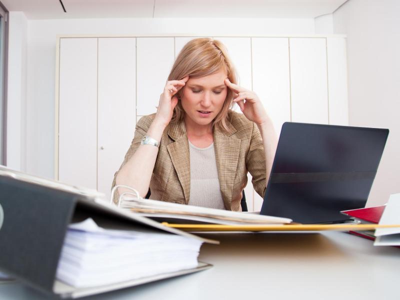 Bild zu Frau am Arbeitsplatz