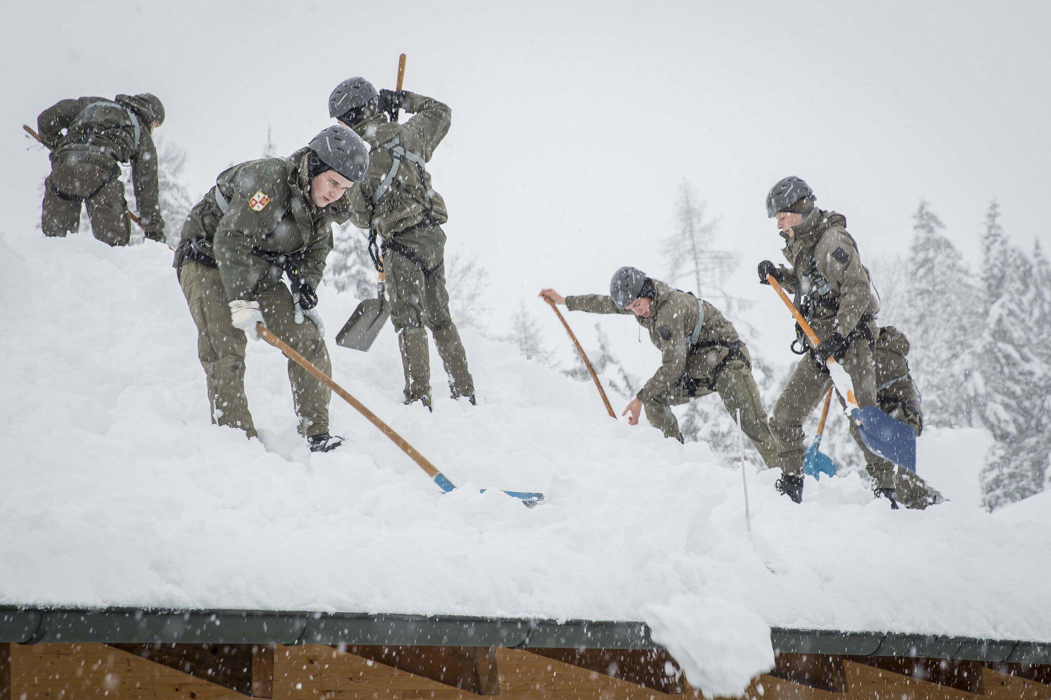 Bild zu Schneechaos in Österreich