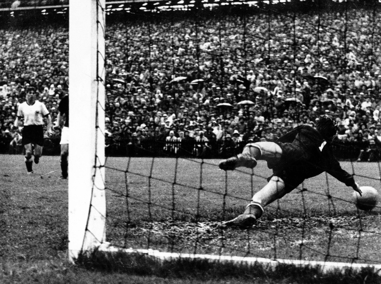 Bild zu WM 1954, Bern, Schweiz, Deutschland, Ungarn, Endspiel, Finale, Bern, Gyula Grosics, Helmut Rahn