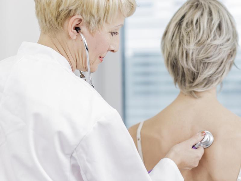 Bild zu Ärztin hört Patientin ab