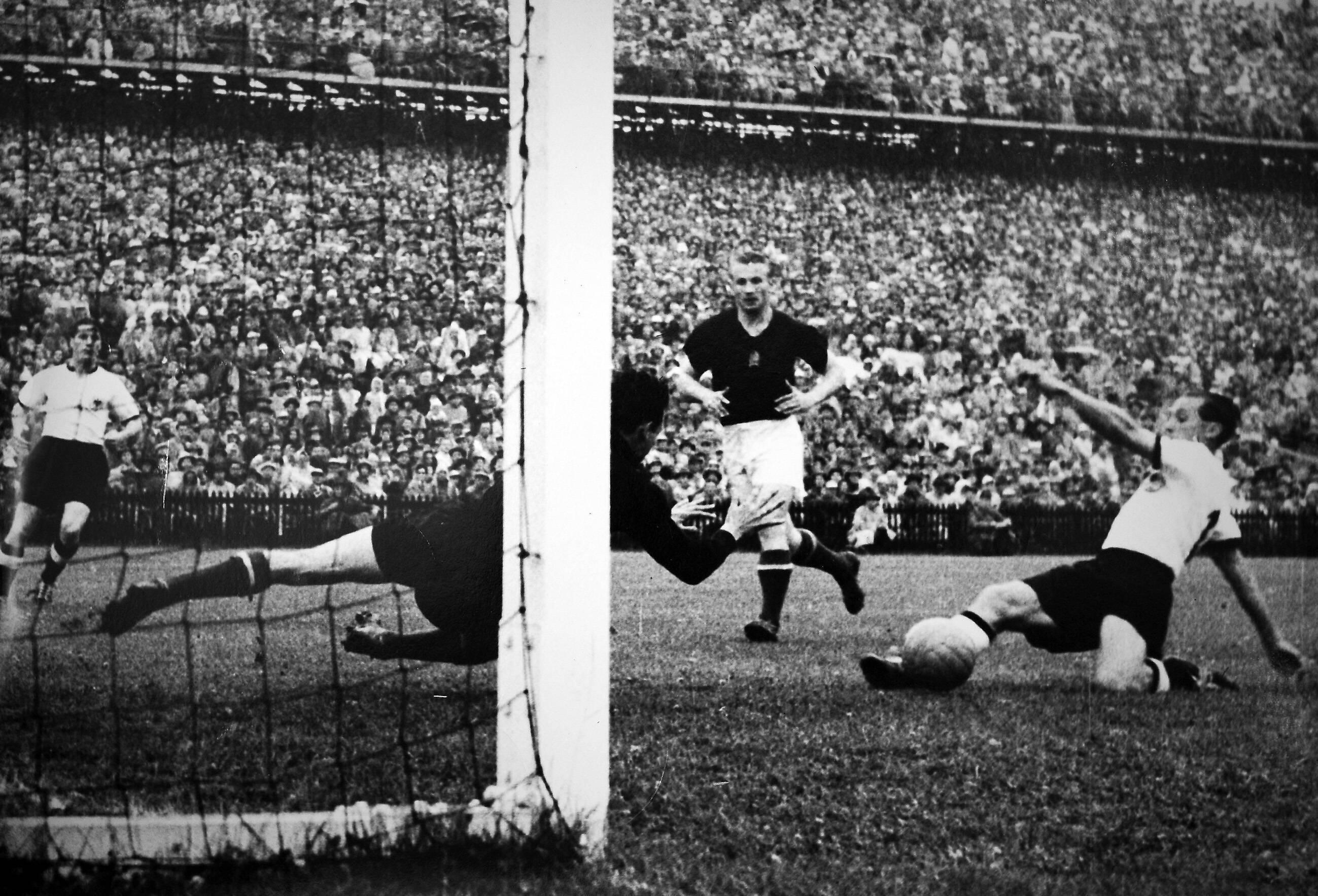 Bild zu WM 1954, Bern, Schweiz, Deutschland, Ungarn, Endspiel, Finale, Bern, Max Morlock, Gyula Grosics
