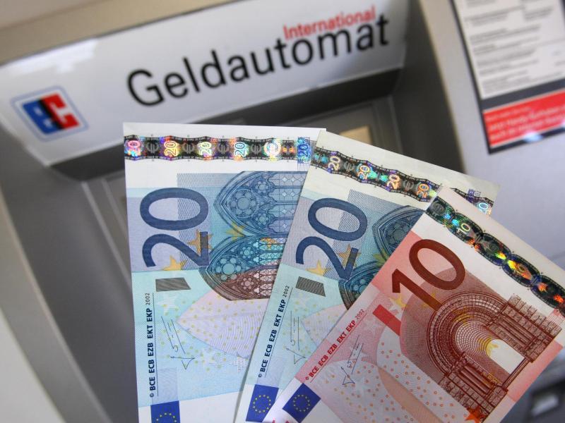 Bild zu Bargeld vor Automaten