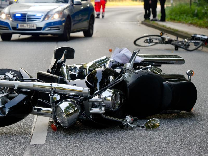Bild zu Motorrad und Fahrrad liegen auf der Straße