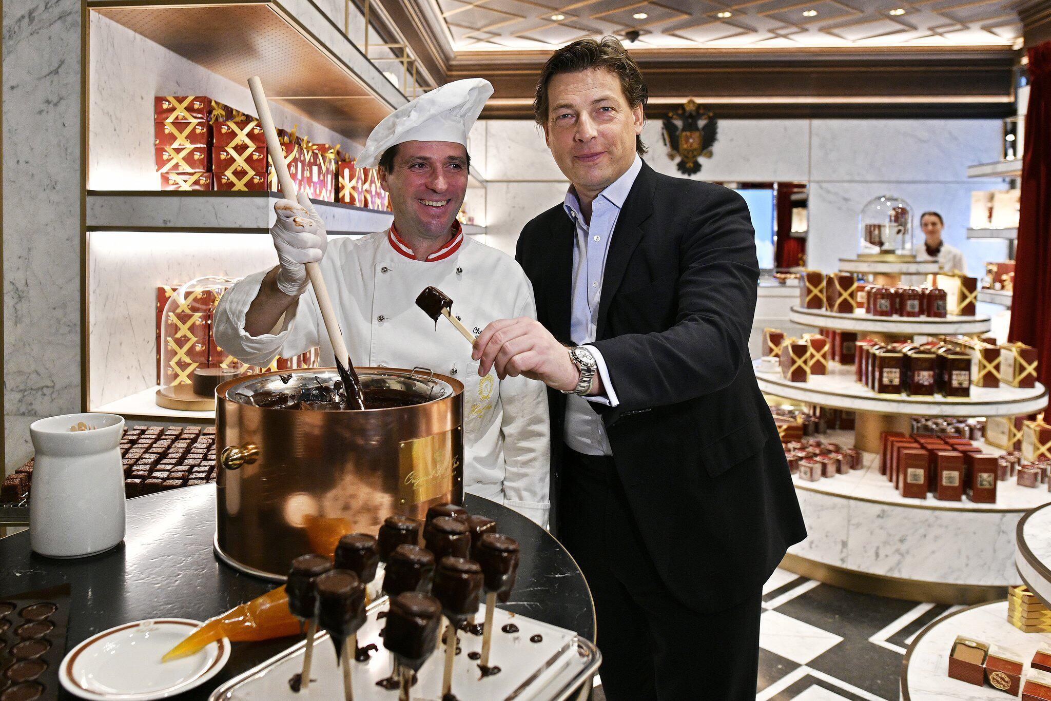 Bild zu Chefkonditor Alfred Buxbaum, li., und Sacher-Chef Matthias Winkler
