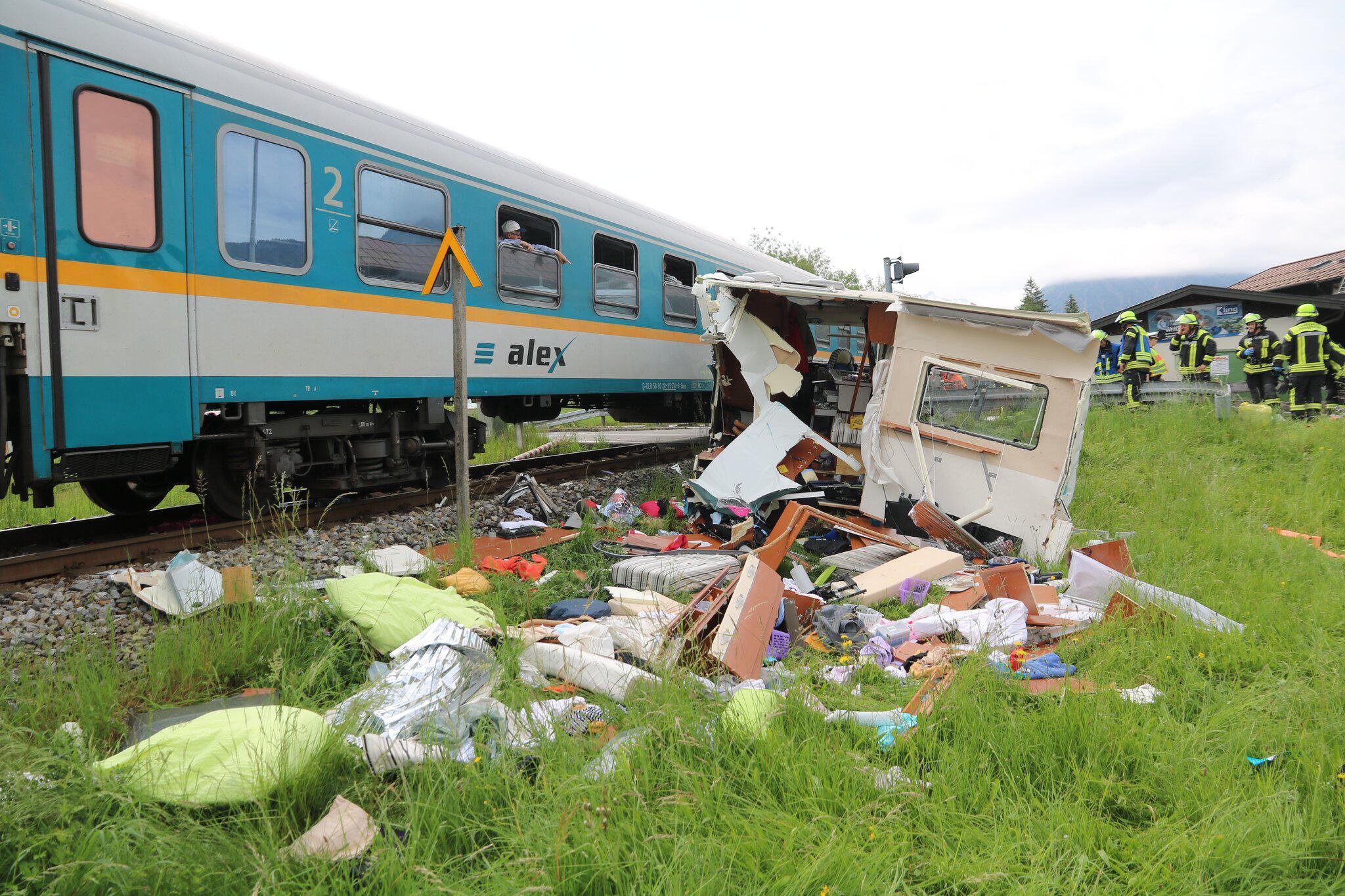 Bild zu Zug kollidiert mit Wohnmobil
