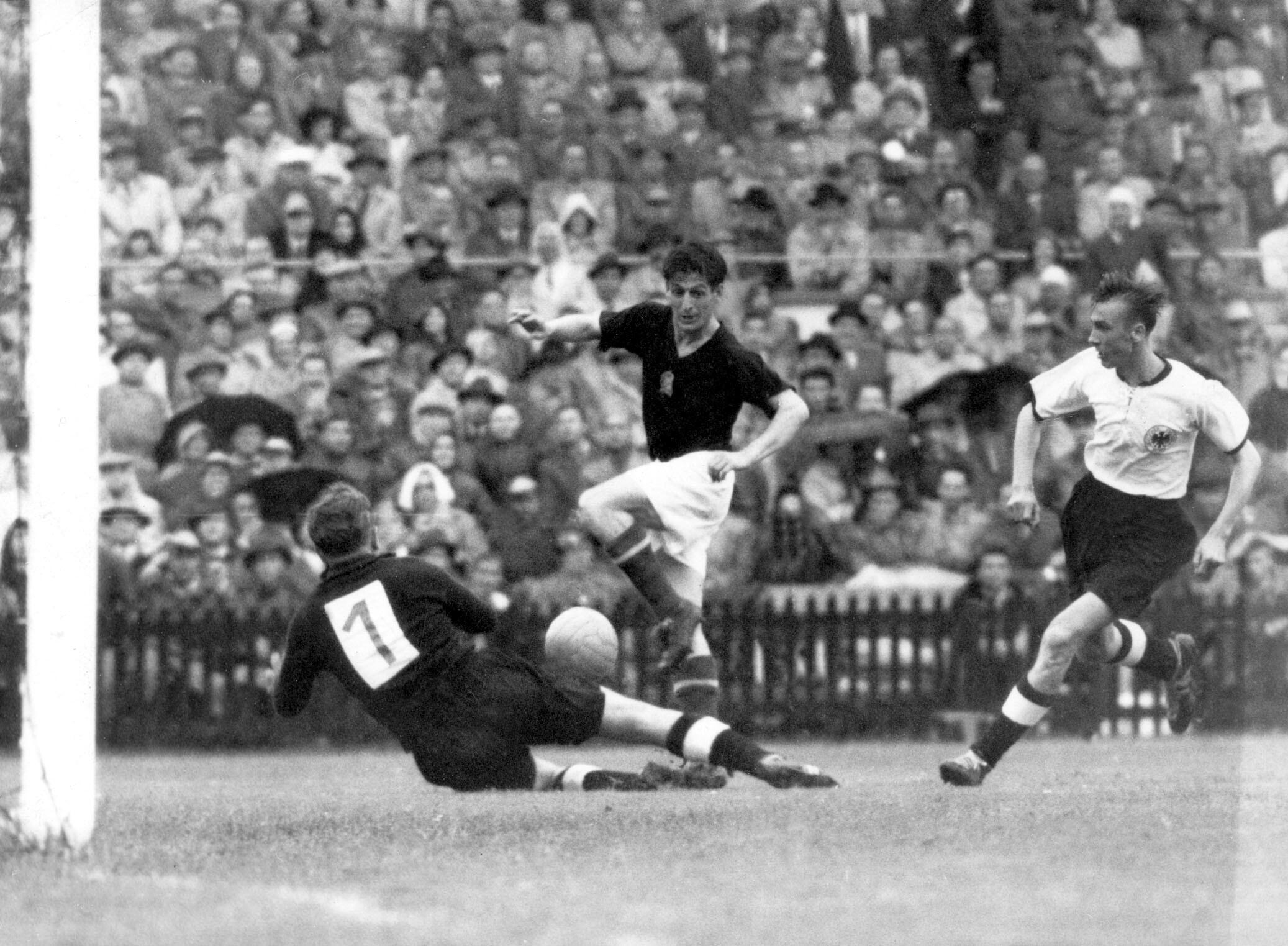 Bild zu WM 1954, Bern, Schweiz, Deutschland, Ungarn, Endspiel, Bern, Toni Turek, Sandor Kocsis, Horst Eckel