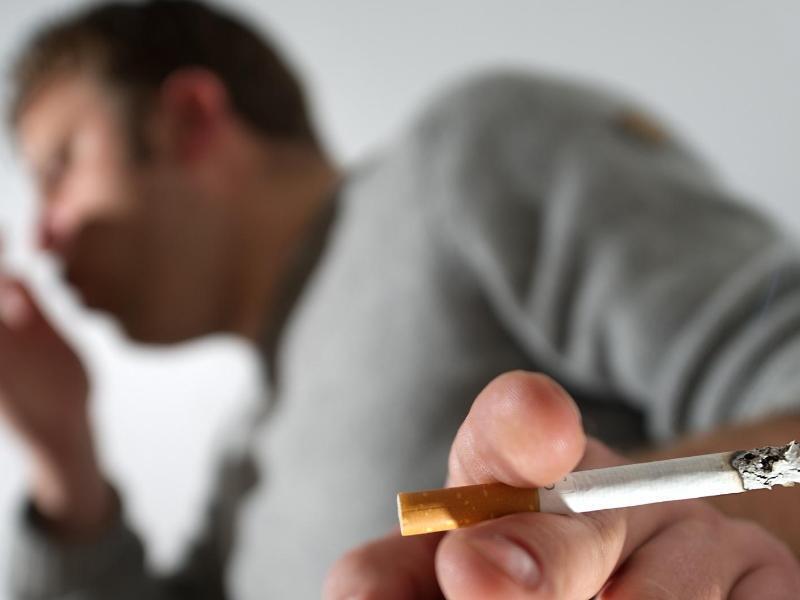 Bild zu Raucher hustet