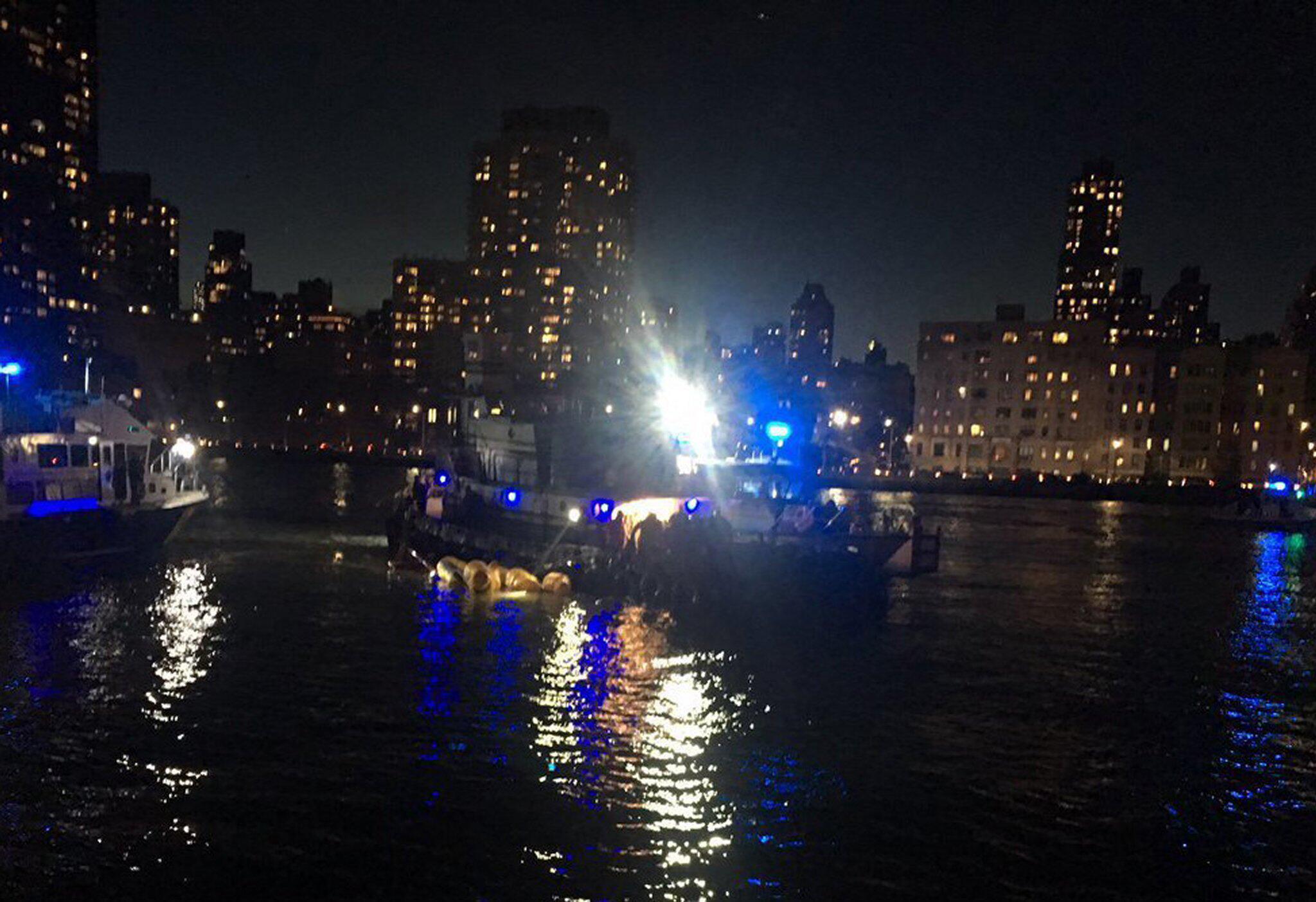 Bild zu Hubschrauberabsturz über East River in New York