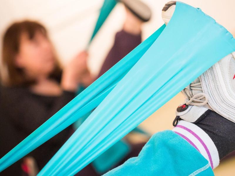 Bild zu Frauen mit Gymnastikbändern